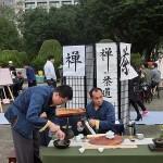 台北市内で行われた平和茶話会で禅と茶道をテーマに茶会を開いて台湾茶でもてなす人々