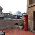 林百貨店の屋上には日本の郵便ポストがあり、昭和時代の百貨店の屋上を想起させる