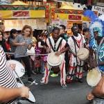 ブラジルのサンバダンスを盛り上げる太鼓の演奏