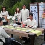 台北市内で行われた平和茶話会で台湾茶を一服して楽しむ人々。小林一茶の俳句「大根引き大根で道を教へけり」が掲げられていた