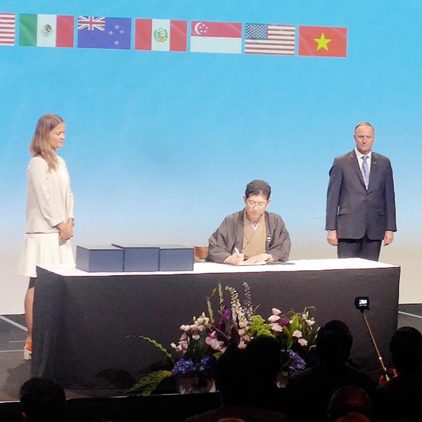 TPP、高鳥修一内閣府副大臣が和装で署名