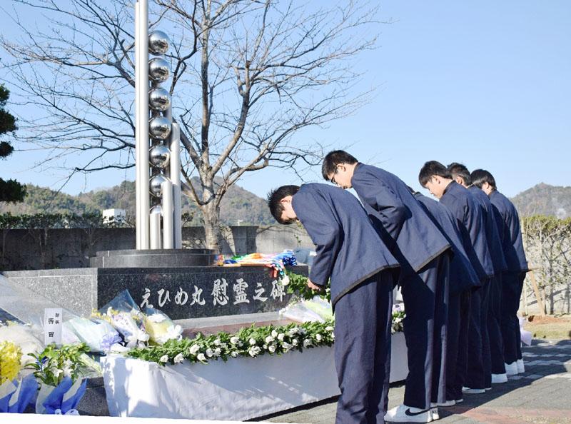 愛媛・宇和島水産高校、犠牲9人の冥福を祈る
