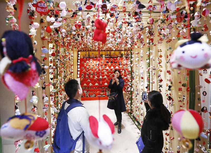 銀座のひな飾りで買い物客が歓声、幸せ気分演出