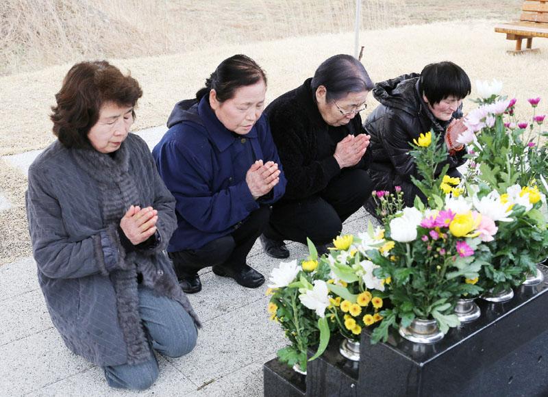 震災発生から5年、慰霊碑で犠牲者の冥福を祈る