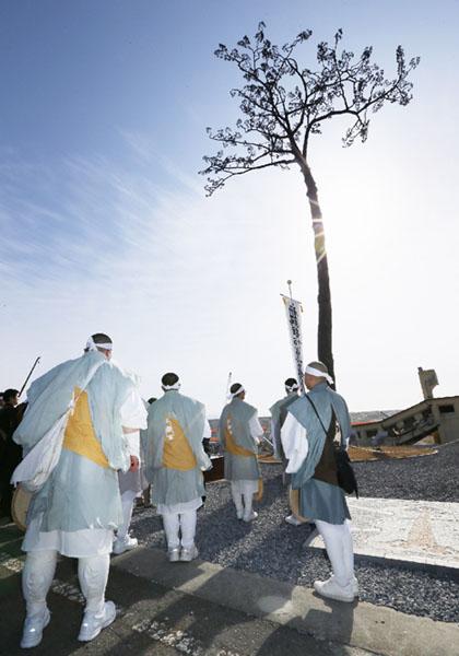 「奇跡の一本松」で仏教を学ぶ学生らが慰霊