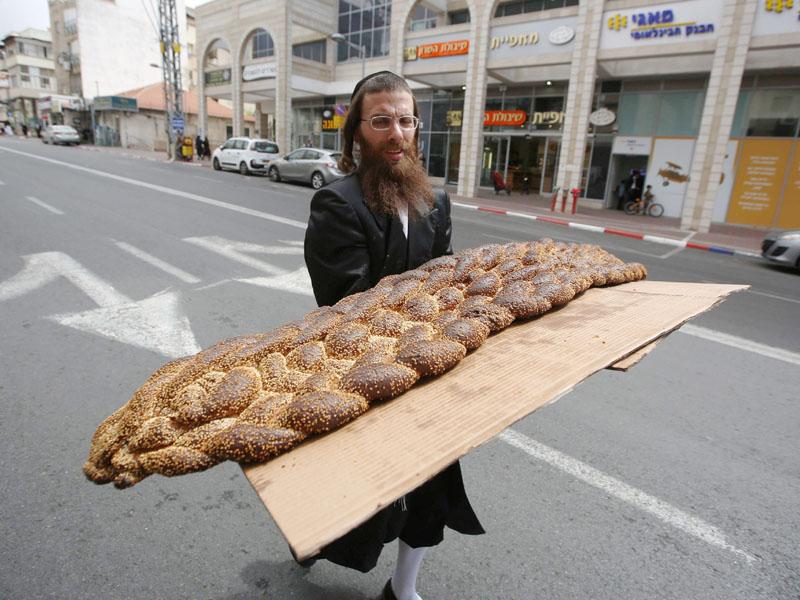 「プリム祭」の巨大なパン、何人分あるの?