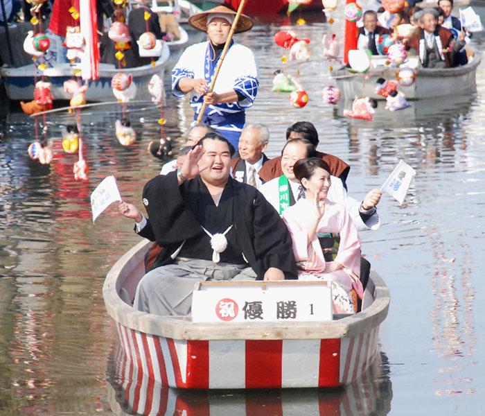 大関琴奨菊、「川上り」コースで水上パレード