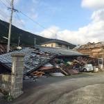 熊本地震で倒壊した木造住宅=4月17日、熊本県阿蘇郡南阿蘇村で(読者提供)