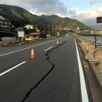 熊本地震の被災地では道路がひび割れ、被災の爪痕が残る=4月17日、熊本県阿蘇郡南阿蘇村で(読者撮影)