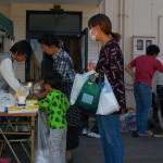 熊本地震の震源地近くで味噌汁の炊き出しや飲料、食糧を受け取る人々=読者提供