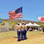日米再開記念碑前で行われた日米硫黄島戦没者合同慰霊追悼顕彰式。両国の遺族や退役軍人約270人が参加した =19日午後、東京都小笠原村