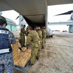 MV-22Bオスプレイに物資を積み込む陸・空自の隊員ら =23日午後、熊本県の陸上自衛隊高遊原分屯地