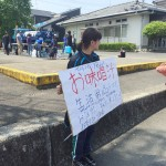 熊本地震の震源地近くで炊き出しや生活用品の提供ボランティアを行う地元の若者(読者提供)