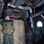 MV-22B機内で積み込まれた物資を固定する米海兵隊員 =23日午後、熊本県の陸上自衛隊高遊原分屯地
