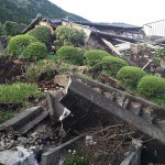 熊本地震の被災地では橋や道路が倒壊し、被災の爪痕が残る=4月17日、熊本県阿蘇郡南阿蘇村で(読者撮影)