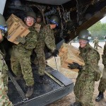 全力疾走で届けられた物資を運ぶ陸自隊員 =23日午後、熊本県南阿蘇村の白水運動公園-4