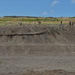 式典後、南海岸では遺族や海兵隊員らが砂を持ち帰る姿が見られる =19日午後、東京都小笠原村