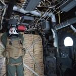 MV-22Bオスプレイ機内で積み込まれた物資を固定する米海兵隊員 =23日午後、熊本県の陸上自衛隊高遊原分屯地