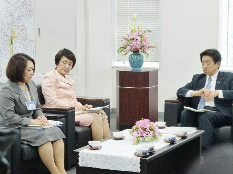塩崎厚労相「工夫し解消も」、横浜市を訪問
