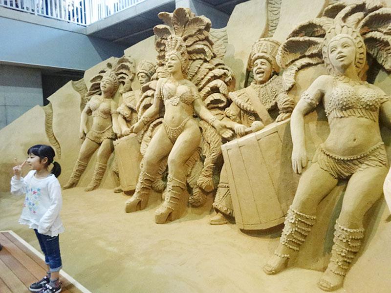 五輪に合わせ、リオのカーニバルの砂像をお披露目