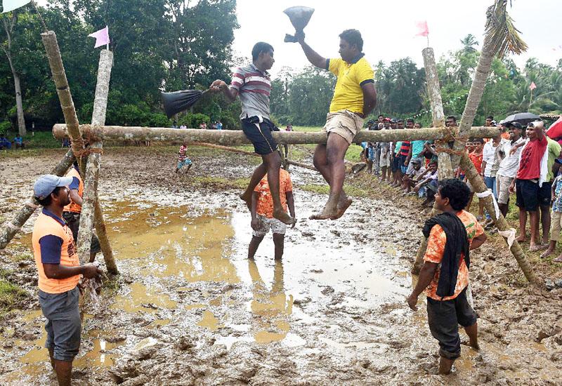 地元暦の伝統ゲームで泥まみれの正月祝い