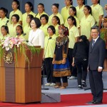 就任演説前に中華民国国歌を斉唱する蔡英文総統(中央左)と陳建仁副総統