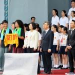 就任演説後、参加者に一緒に「美麗島」を歌う蔡英文総統(中央左)と陳建仁副総統