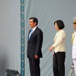 離任する馬英九前総統(中央左)と蔡英文新総統