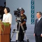 就任演説前に登壇する蔡英文総統(左)と陳建仁副総統