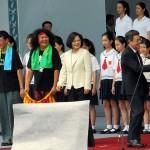 就任演説後、笑顔を見せる蔡英文総統(中央左)と陳建仁副総統