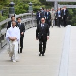 伊勢神宮の宇治橋を渡る首脳たち
