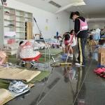 館内を常に清潔に保つため清掃をするボランティアら =25日午後、熊本県の益城町総合体育館