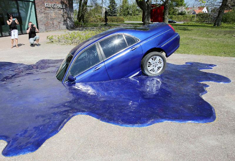 溶けゆく車? キューバ人アーティストの作品
