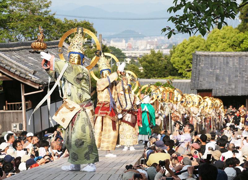 中将姫の極楽浄土に導かれる様子を再現