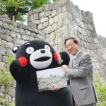「くまモン」が全身で熊本城の復活を誓う