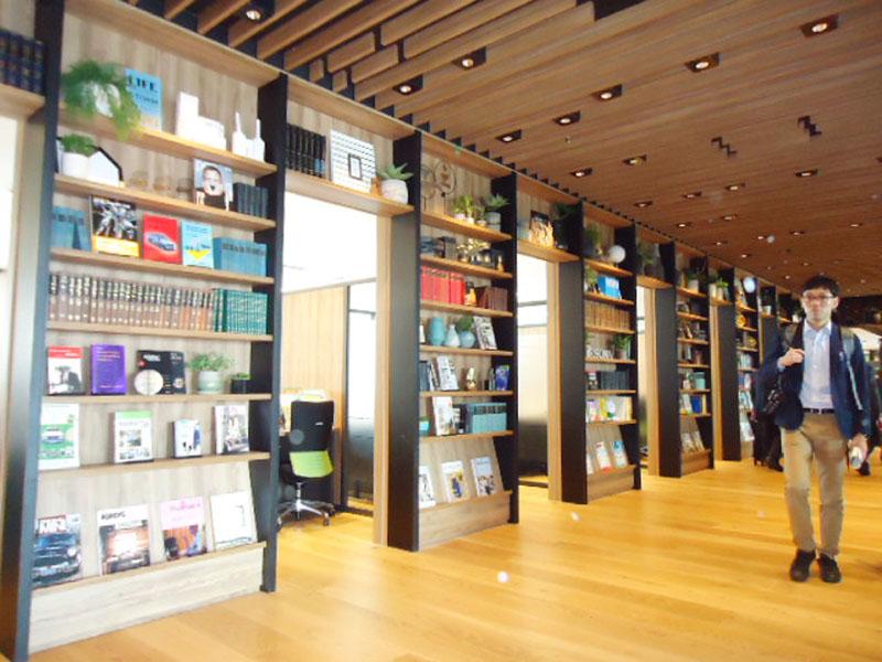 りそな銀、書斎風に改装した枚方支店がオープン