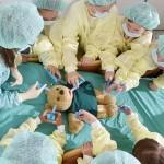"""小さな""""名医""""たち、テディベアに模擬手術"""