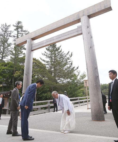安倍首相、伊勢神宮で伊勢志摩サミットの成功祈願