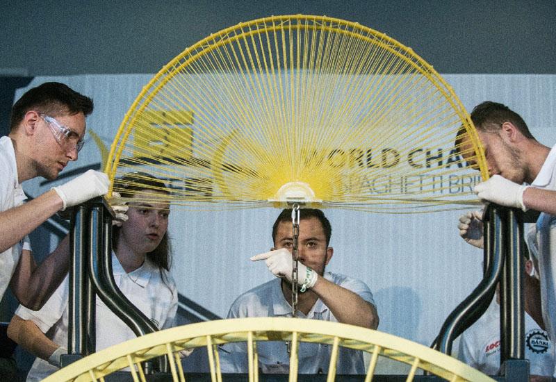 スパゲティ橋作り大会、重量を競う