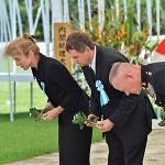 献花の際に一礼をする(写真左から)米国のケネディ駐日大使、在沖米国総領事館のジョエル・エレンライク総領事と第三海兵遠征軍司令官のローレンス・ニコルソン中将 =23日午後、沖縄県糸満市摩文仁(まぶに)の平和祈念公園