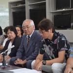 判決を受け、記者会見する平安座忠雄・原告団長(右から3人目)ら=14日午後5時、沖縄県庁