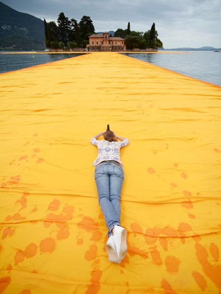 巨大な浮橋「浮かぶ桟橋」でリラックス
