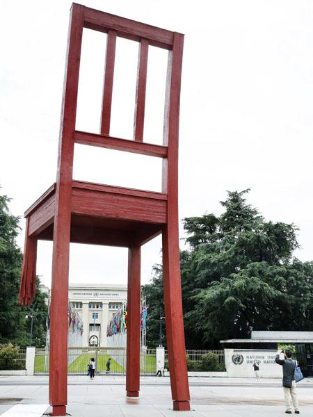 作品名は「壊れた椅子」、対人地雷被害への警鐘