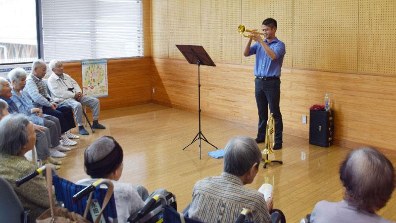 阿蘇の村で演奏会、優しく響くトランペットの音色