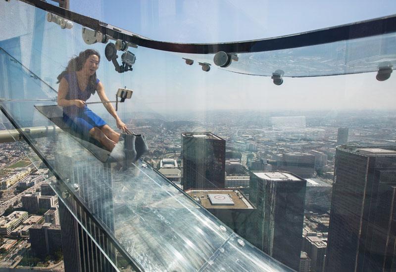 怖くないの? 地上70階の超高層ビルの滑り台