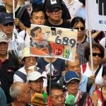 行政長官選挙で689票を獲得して当選した梁振英行政長官の辞任を求めるプラカードを持つデモ参加者たち