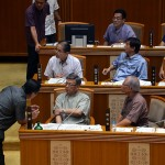 翁長雄志知事に問い詰める自民党県議=8日、沖縄県議会
