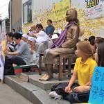 13日、ソウルの日本大使館前で行われた慰安婦問題をめぐるデモ集会
