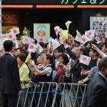 街頭演説を聞く有権者ら =9日午後、東京千代田区のJR秋葉原駅前