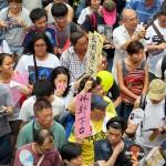 7月1日の民主化デモで香港ナンバー2の林鄭月娥政務官や袁国強司法官の辞任を求めるプラカードを持つ参加者